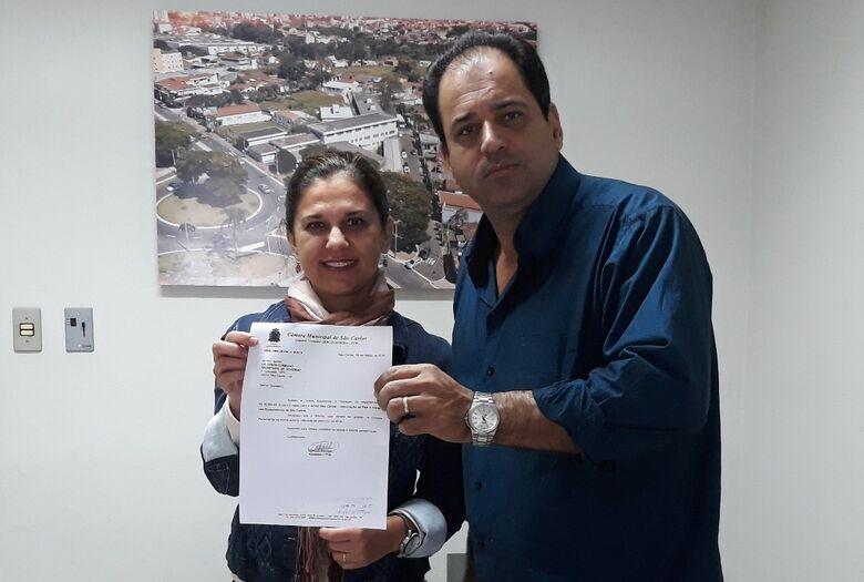 O vereador Sérgio Rocha com a diretora da Apae, Maria Cristina Duarte Schiabel - Crédito: Divulgação