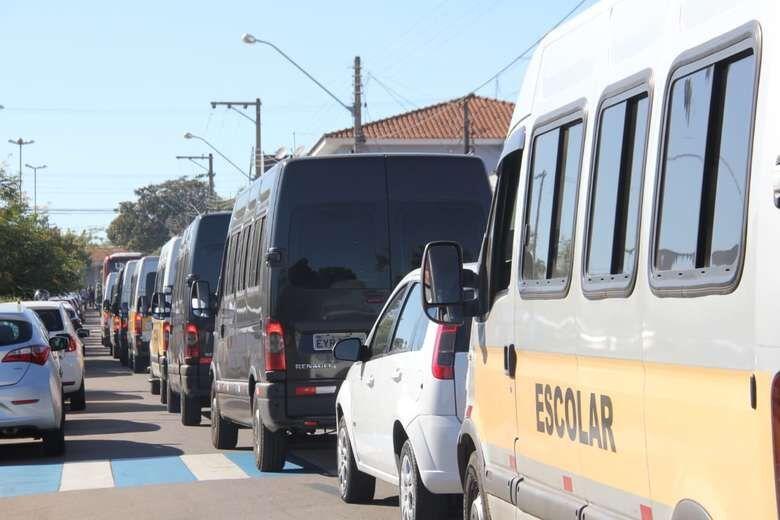 Sem combustível, vans escolares deixarão de transportar alunos - Crédito: Maycon Maximino