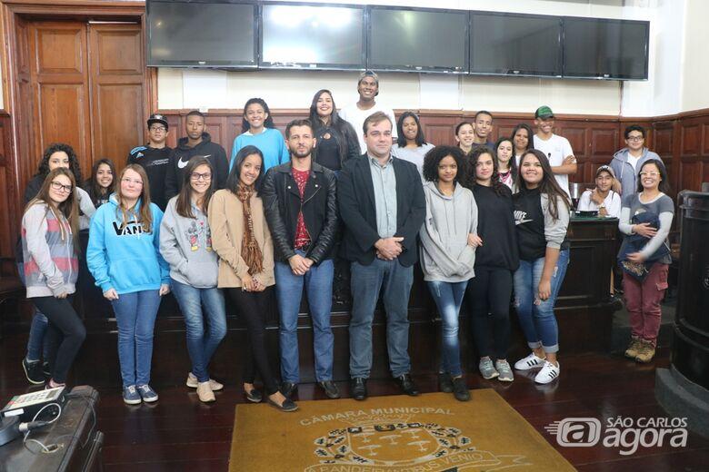 """Alunos da Escola Estadual """"Maria Ramos"""" na sala das sessões da Câmara Municipal - Crédito: Divulgação"""