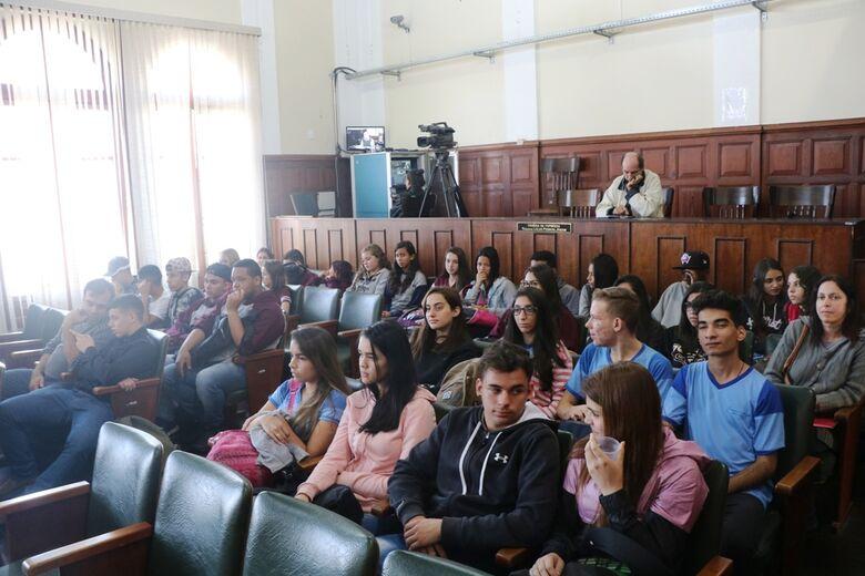 Estudantes com na Sala da Presidência e no Plenário durante visita ao Legislativo Municipal - Crédito: Divulgação