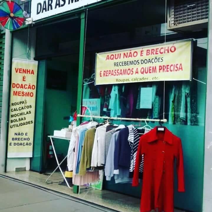"""""""Geladeira solidária"""" no Centro doa roupas de inverno para quem precisa -"""