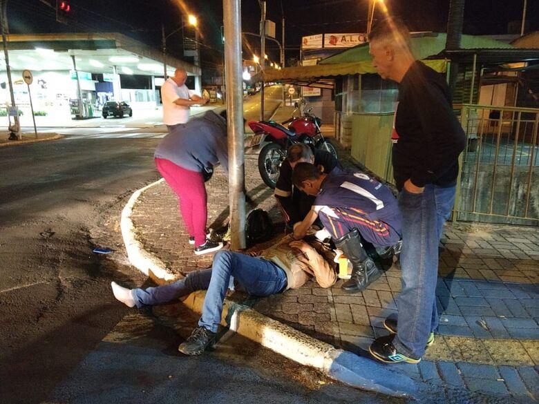 Três pessoas ficam feridas após colisão entre duas motos no Centro - Crédito: Luciano Lopes