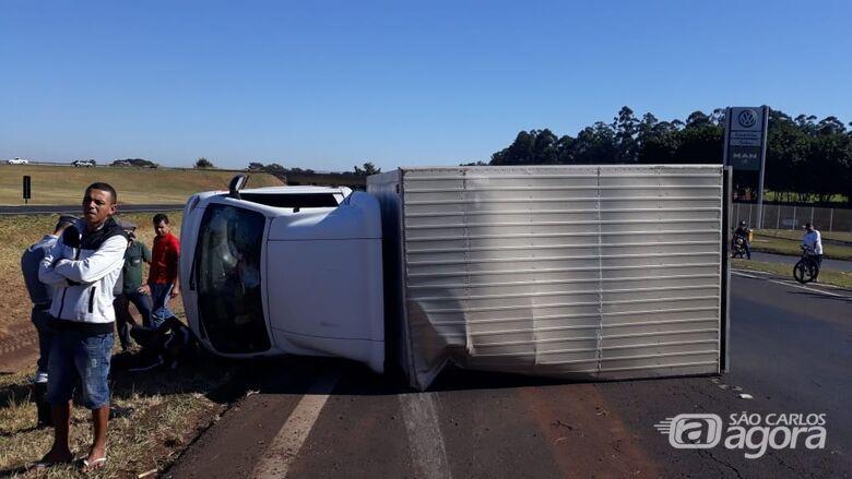 Motorista tenta 'furar' bloqueio e tomba caminhão na Washington Luís - Crédito: Colaborador