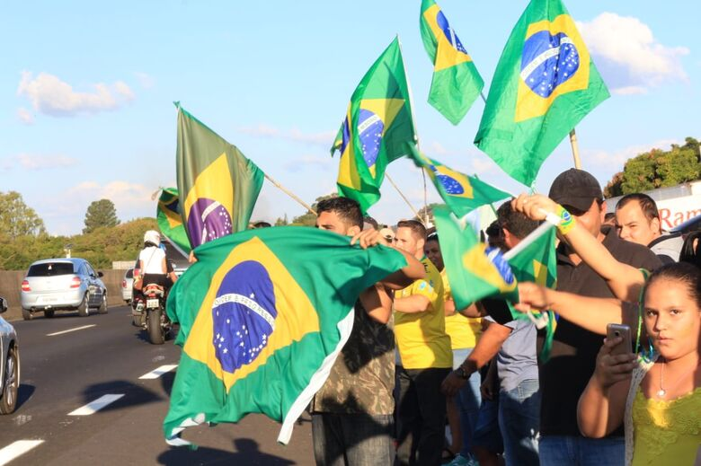 """Manifesto reúne cerca 500 pessoas que pedem intervenção militar e """"Fora Temer"""" - Crédito: Marco Lúcio"""