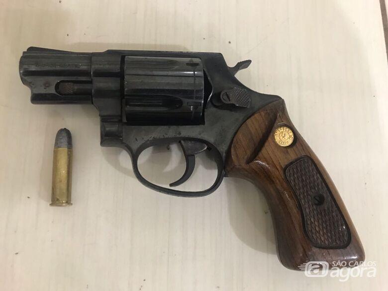 O revólver foi apreendido pela Polícia - Crédito: Divulgação