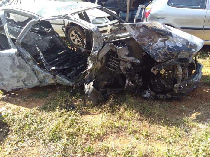Após colisão, carro pegou fogo - Crédito: Repórter Beto Ribeiro