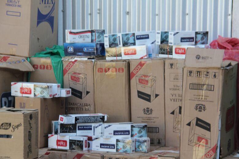 Carga de cigarros contrabandeada e avaliada em R$ 30 mil é apreendida pela PM - Crédito: Maycon Maximino