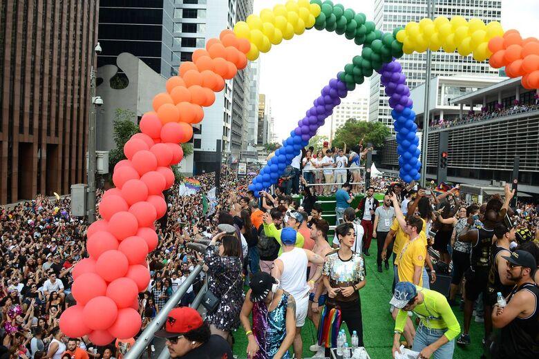 São Paulo - Quase 20 trios elétricos animam o público da 21ª Parada do Orgulho LGBT, na Avenida Paulista (Rovena Rosa/Agência Brasil)/Rovena Rosa/Agência Brasil -
