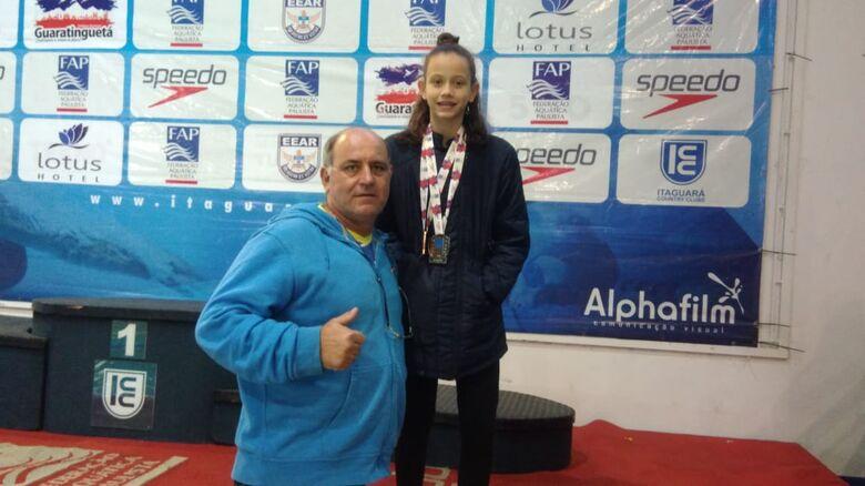 O técnico Mitcho e Giovana: duas medalhas no Paulista de Natação Petiz - Crédito: Divulgação