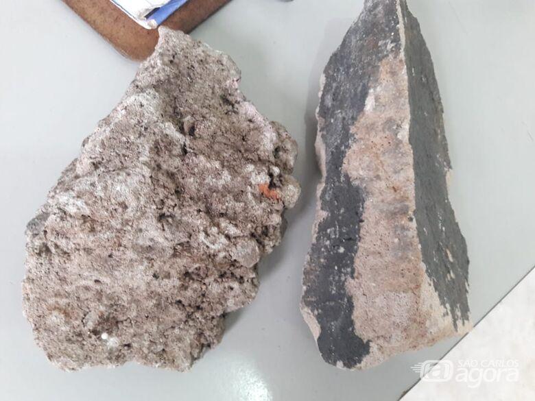 As pedras que iriam ser arremessadas contra os PMs - Crédito: Maycon Maximino