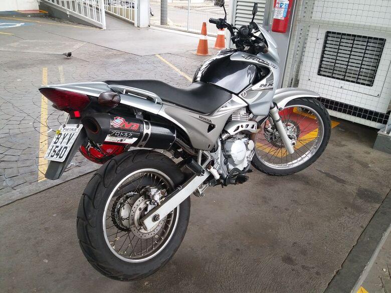 A moto foi recuperada pela PM após perseguição policial - Crédito: Maycon Maximino