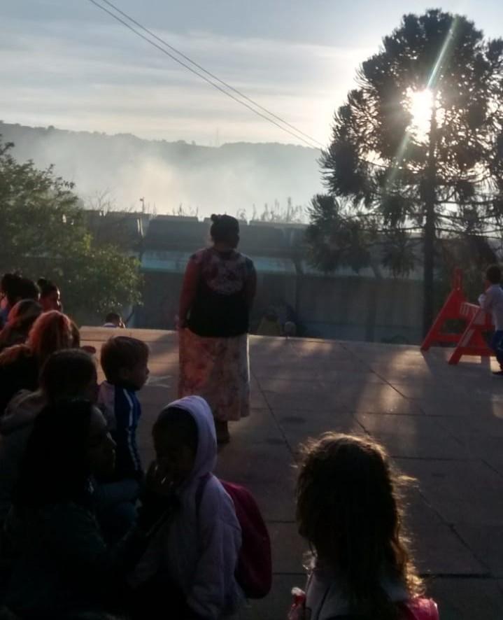 Ao fundo, a fumaça, oriunda de fogo em terreno abandonado - Crédito: Divulgação