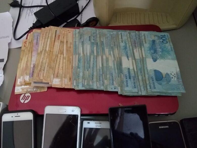 PM encontra comprimidos de ecstasy e mais de R$ 15 mil no Jardim das Torres - Crédito: Divulgação/PM