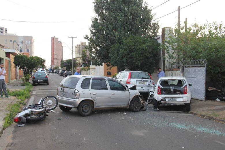 Motociclista é arremessada a distância em acidente com cinco veículos - Crédito: Maycon Maximino