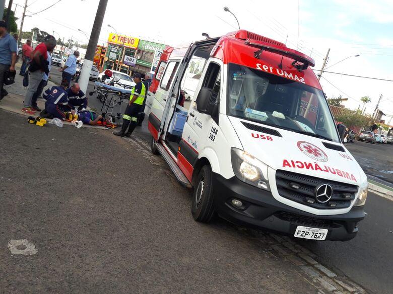 Motociclista quando recebia atendimento do Samu - Crédito: Maycon Maximino