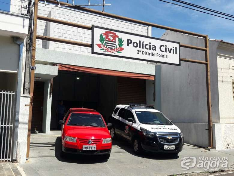 Dupla rouba carro de motorista em semáforo na Getúlio Vargas -