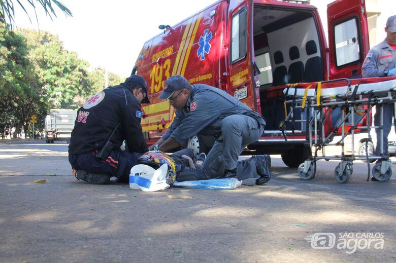 Motociclista durante o socorro dos Bombeiros da UR - Crédito: Maycon Maximino