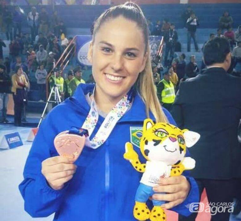 Gabi comemora a medalha de bronze: vaga para o Pan-Americano - Crédito: Divulgação
