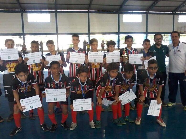 Garotada do Multi Esporte comemoram o vice-campeonato - Crédito: Divulgação