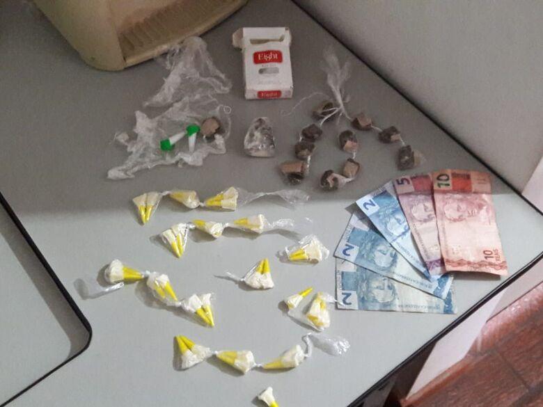 A droga e o dinheiro que estava com o adolescente infrator - Crédito: Maycon Maximino