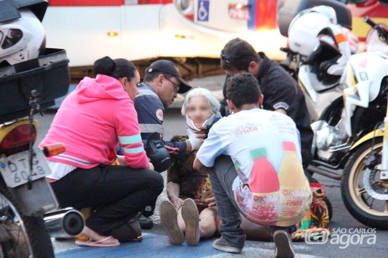 Idosa é atropelada por moto na faixa de pedestres - Crédito: Fotos Maycon Maximino