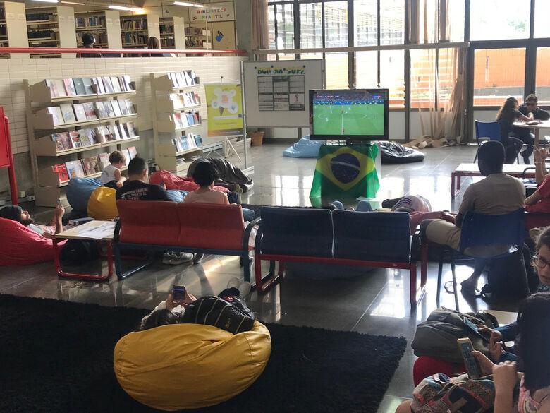 Jogos da Copa são transmitidos no espaço de convivência da BCo - Crédito: Adriana Arruda - CCS/UFSCar