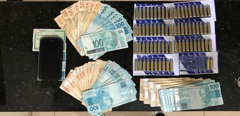 O dinheiro e a munição que estava com o frentista - Crédito: Divulgação