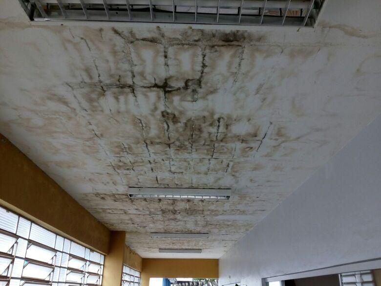 Teto embolorado e parede descascando: abandono municipal - Crédito: Divulgação