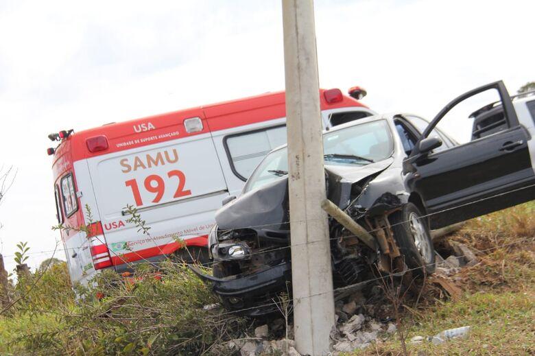 Carro colidiu em um poste e teve a parte frontal destruída devido o impacto - Crédito: Maycon Maximino