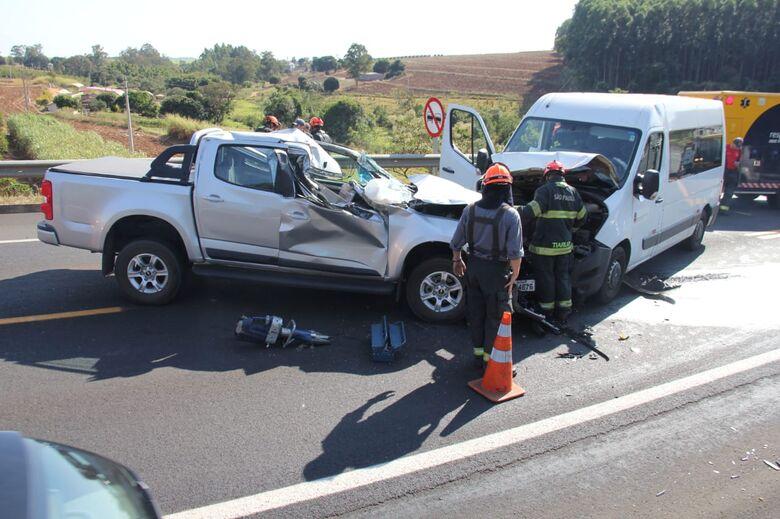 Dez pessoas ficam feridas após colisão na SP-215 - Crédito: Maycon Maximino