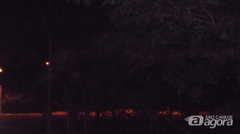 Sem iluminação, rotatória é refúgio para pessoas suspeitas; população exige melhorias - Crédito: Marcos Escrivani