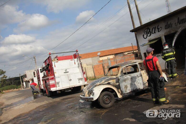 Fusca foi destruído pelas chamas - Crédito: Maycon Maximino
