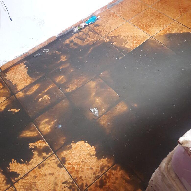 As camas que dormiam o casal e as filhas foram destruídas pelo refluxo após trabalho efetuado por funcionários do Saae - Crédito: Divulgação