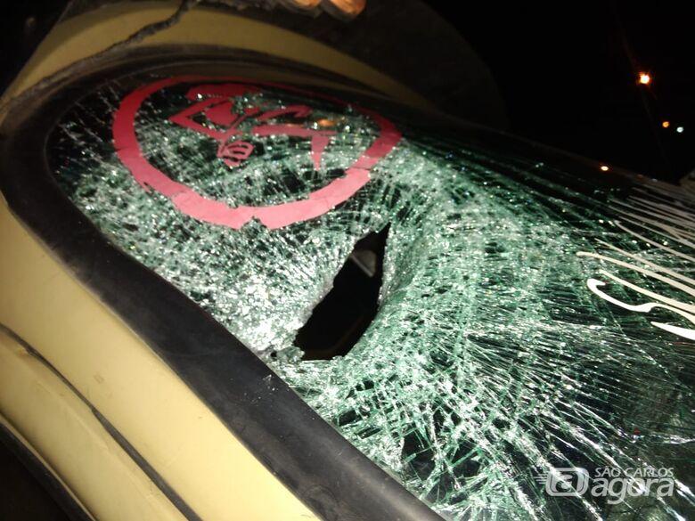 Jovem briga com a esposa e se joga na frente de caminhão - Crédito: Foto Luciano Lopes