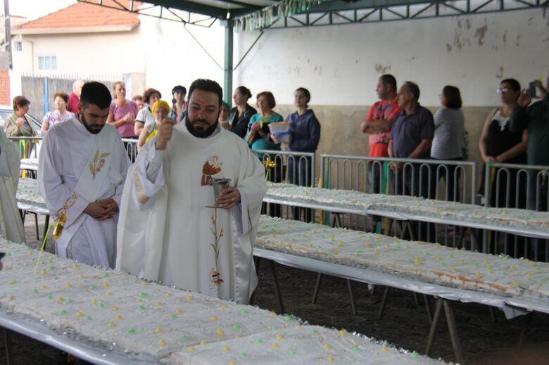 Padre Marcio Gaído durante a bênção ao bolo de Santo Antonio - Crédito: Maycon Maximino