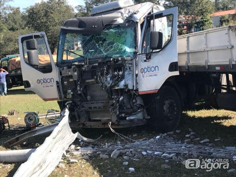 Caminhão desgovernado atravessa canteiro central [vídeo] - Crédito: Grupo Rio Claro