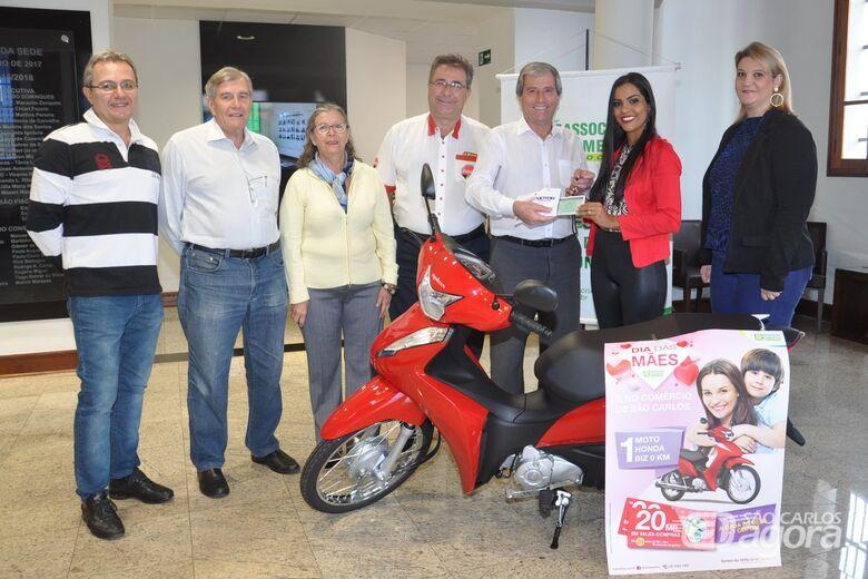 ACISC entrega prêmio da campanha do Dia das Mães -