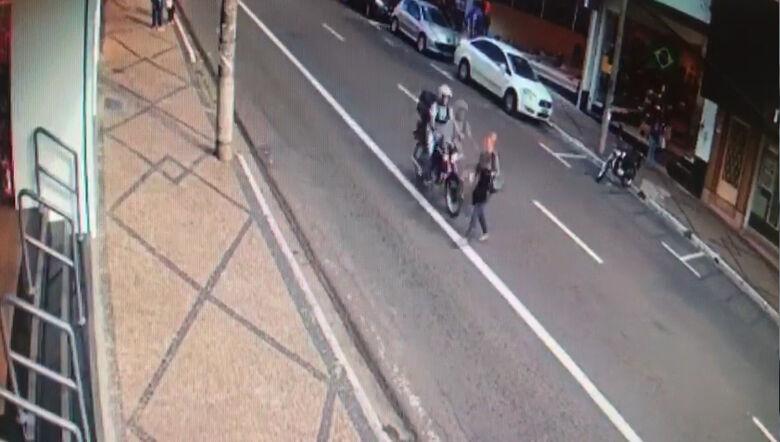 Vídeo mostra atropelamento de idosa e fuga de motociclista na avenida São Carlos - Crédito: Divulgação