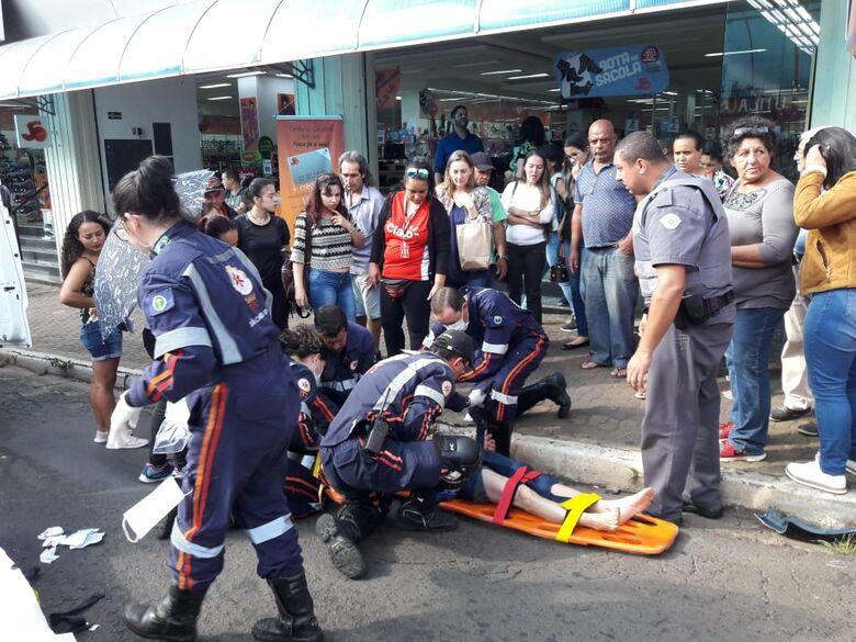 Idosa é atropelada por moto na avenida São Carlos - Crédito: Maycon Maximino