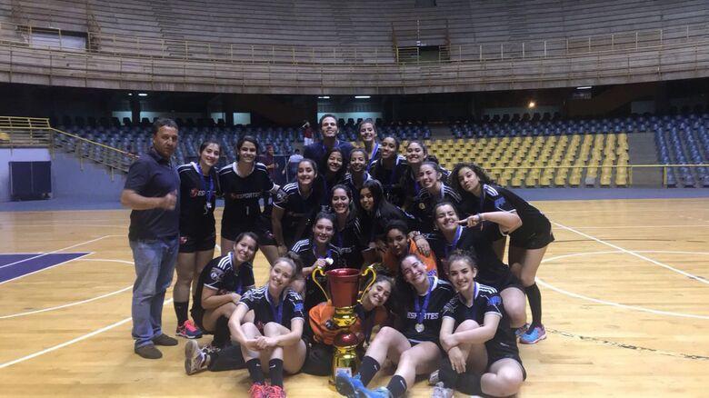 Meninas são-carlenses comemoram o título da Copa Smel - Crédito: Marcos Escrivani