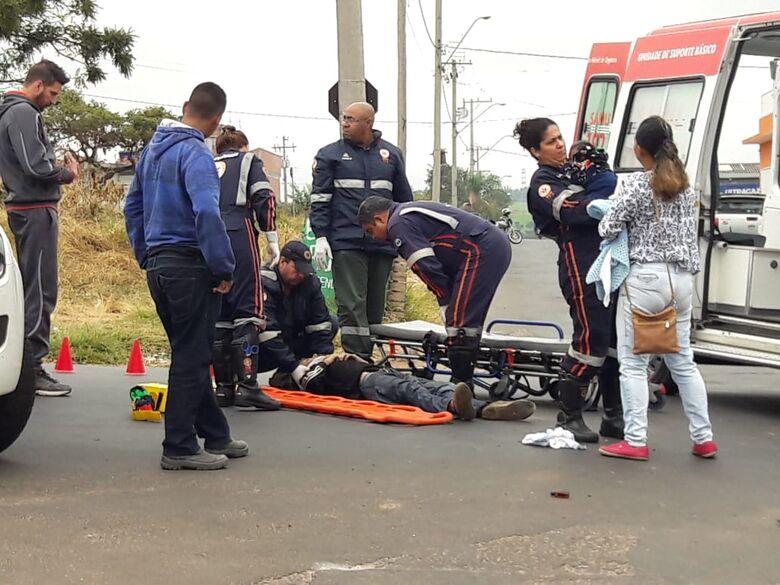 Motociclista e bebê quando recebia socorro do Samu - Crédito: Maycon Maximino