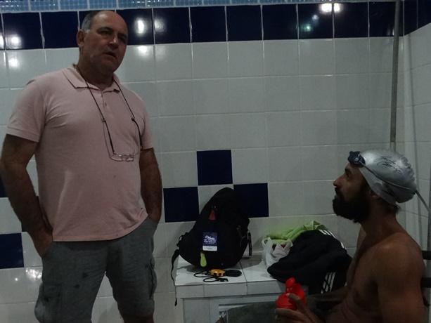 Mitcho e Elton conversam: perspectiva de medalhas na primeira etapa do nacional de natação ACD - Crédito: Marcos Escrivani