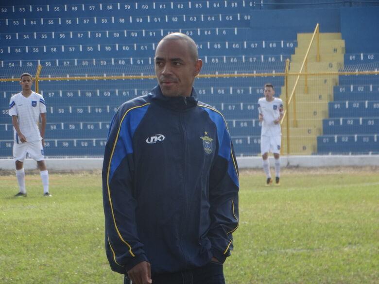 Marcus Vinícius orientou os jogadores e busca um bom resultado em Santa Bárbara - Crédito: Marcos Escrivani
