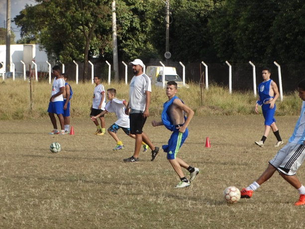 Garotos buscam o sonho de ser jogador de futebol; Tchula busca formar cidadãos e pais de família - Crédito: Marcos Escrivani