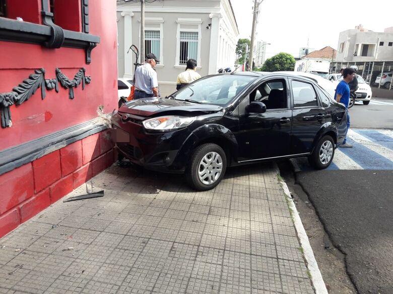 Fiesta foi parar em cima da calçada - Crédito: Maycon Maximino