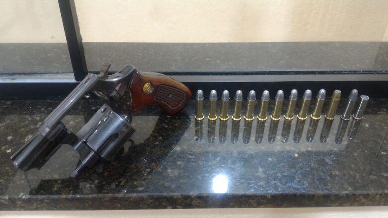 Revólver calibre 38 foi apreendido pela PM - Crédito: Divulgação
