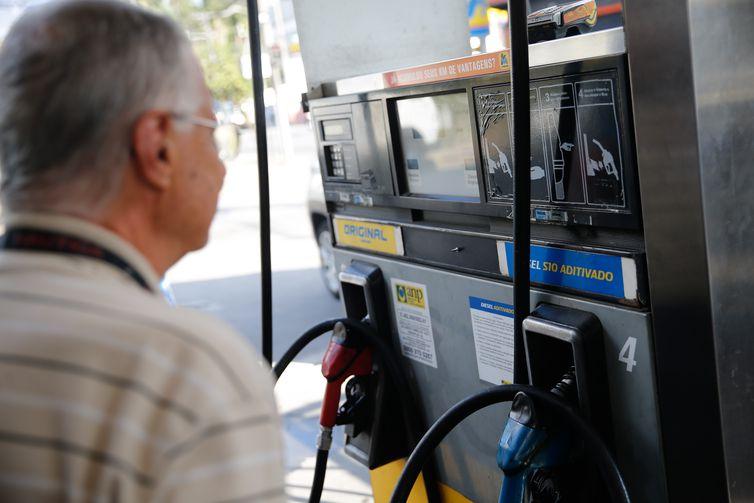 Agência Nacional do Petróleo diz que preço médio da gasolina caiu pela terceira semana consecutiva e ficou em R$ 4,538 por litro - Crédito: Fernando Frazão/Agência Brasil