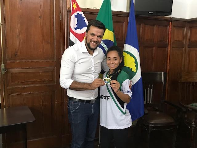 Vereador Rodson e carateca Thamires, atleta conquistou 2º lugar no Campeonato Brasileiro de Karatê em sua categoria - Crédito: Assessoria do vereador