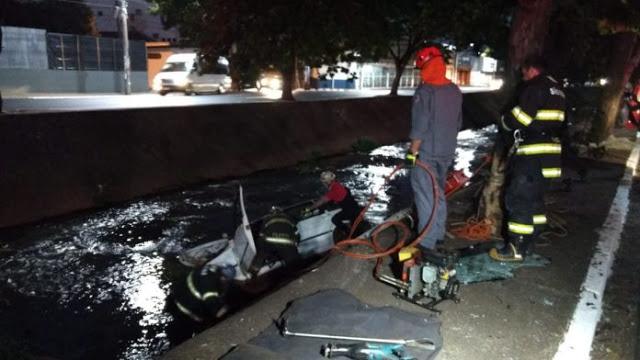 Carro despenca em córrego e duas pessoas morrem - Crédito: X-Tudo Ribeirão