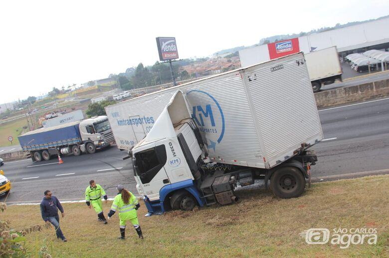 """Carreta ficou em """"L"""" e deixou o trânsito lento na Washington Luís - Crédito: Maycon Maximino"""